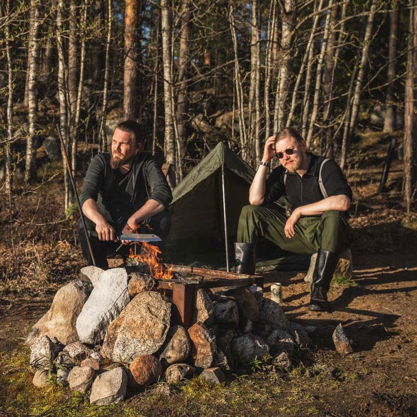 Kaksi miestä Suomen luonnossa tuijottamassa kaukaisuuteen